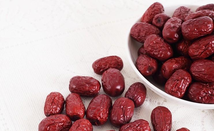 红枣泡水喝的功效和禁忌是什么